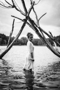 Sesja portretowa plenerowa czarno-biała. Dziewczyna w jeziorze.