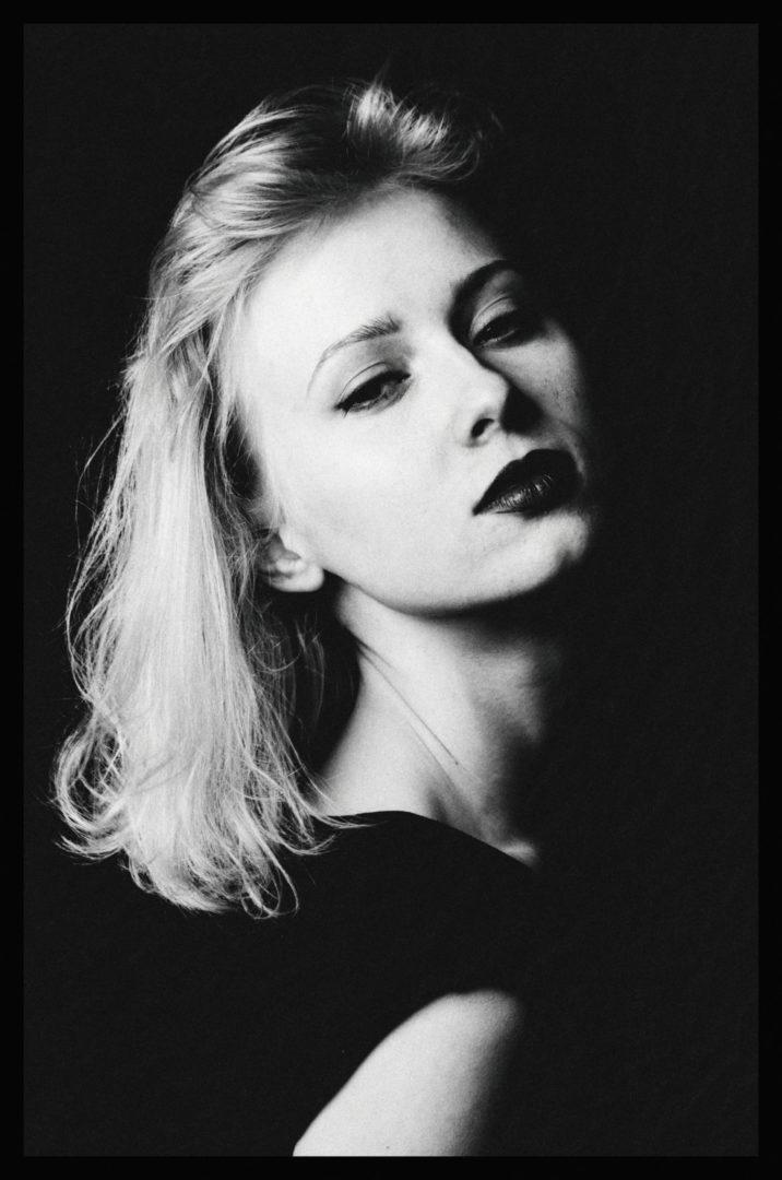Sesja portretowa czarno-biała kobiety. Zmysłowa sesja wizerunkowa w studiu.